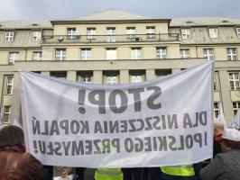 Emeryci z Solidarności zorganizowali 12 listopada protest przed katowicką siedzibą Kompanii Węglowej. Wśród żądań pojawia się postulat, by zlikwidowane uprawnienia m.in. emerytów i rencistów do bezpłatnego węgla (tzw. deputaty) przejął Skarb Państwa.