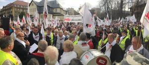 Środowa demonstracja ws. emeryckich deputatów zgromadziła przed siedzibą KW ok. pięćset osób. Manifestacja upłynęła w spokojnej atmosferze.