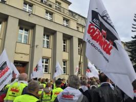 Protestujący mieli m.in. flagi Solidarności oraz trąbki i bębny, których dźwiękami przerywali wystąpienia związkowych liderów.