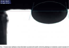 Rys. 2. Kropla ropny naftowej ze złoża Barnówko na powierzchni płytki z dolomitu głównego w środowisku solanki złożowej [4].