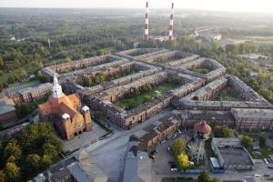 Nikiszowiec - zapomniane osiedle robotnicze stało się w ostatnich latach jedną z największych atrakcji turystycznych Katowic. W tle kopalnia Wieczorek (KHW). Fot. UM Katowice