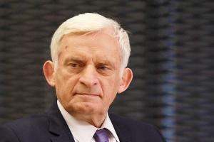 """<b>Jerzy Buzek, przewodniczący Komisji Przemysłu, Badań Naukowych i Energii Parlamentu Europejskiego</b><br /> <br /> - Jedną z najważniejszych kwestii w negocjacjach TTIP jest otwarcie rynku energii. Ma ono kluczowe znaczenie dla zwiększenia konkurencyjności firm unijnych, w tym polskich. Dziś płacimy w Europie za gaz nawet cztery razy więcej niż w USA. W przygotowanym przeze mnie stanowisku o oczekiwaniach europejskich przedsiębiorców wobec TTIP, które """"moja"""" komisja przyjęła w końcu marca, zaproponowałem, by sprawy energetyczne ująć w osobnym rozdziale tej umowy. <br /> <br /> Mam też nadzieję, że eksport amerykańskiego gazu do Unii uda się uwolnić jeszcze przed podpisaniem TTIP. Bez względu na efekt takiego otwarcia Amerykanów, konieczne jest zawarcie w TTIP okresów przejściowych dla energochłonnych gałęzi europejskiego przemysłu - np. chemicznego, cementowego, szklarskiego."""