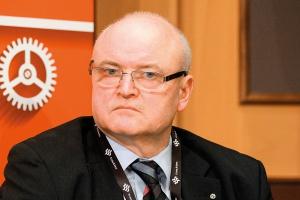<b>Krzysztof Gromadowski, dyrektor ds. współpracy międzynarodowej i PR ZMP Gdynia</b><br /> <br /> - Strategicznym celem pozostaje dla nas wysoka uniwersalność oferty usługowej i konkurencyjność poprzez modernizację infrastruktury oraz inne projekty wspierające operatorów portowych. Będziemy nadal portem obsługującym polski handel zagraniczny, z rosnącym udziałem w tranzycie, głównie w relacji północ-południe. <br /> <br /> Akwizycja ładunków należy do operatorów i to oni mogą najlepiej szacować wielkość i strukturę rynku, na którym działają. Sytuacja poszczególnych terminali kontenerowych zależeć też będzie od koncentracji przewozów w grupie kilku największych światowych przewoźników oraz od rozwoju organizacji globalnych przewozów - zwłaszcza liczby serwisów obsługiwanych przez największe kontenerowce oceaniczne.