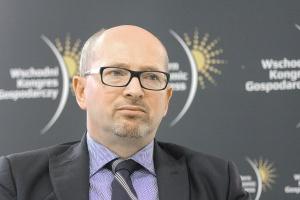 <b>Wojciech Cetnarski, prezes Polskiego Stowarzyszenia Energetyki Wiatrowej</b><br /> <br /> - Ustawa OZE powinna dać przede wszystkim wyraźny impuls inwestycyjny dla naszego sektora. Ciągnący się aż trzy lata proces zmian legislacyjnych spowodował znaczne spowolnienie inwestycyjne, które zobaczymy już w 2016 r. (nawet jeżeli w statystyce pokażą się projekty z roku poprzedniego). Bezsprzecznie rok 2017 r. będzie najgorszy od wielu lat, co zaś się stanie później, nie wiadomo. Realizacja celów OZE na 2020 r. stoi pod znakiem zapytania, szczególnie w przypadku nieosiągnięcia pełnego zrozumienia między inwestorami, URE i Ministerstwem Gospodarki co do wykładni i interpretacji części zapisów ustawy. Dodatkowo tylko duży wolumen w pierwszych aukcjach zmniejszy ryzyko zastoju inwestycyjnego i nieosiągnięcia celów roku 2020.
