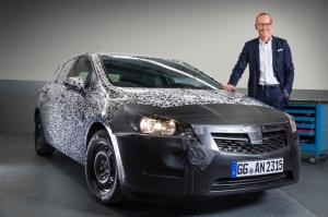 Dyrektor Neumann obok zakamuflowanej jeszcze Astry V.  fot. Opel