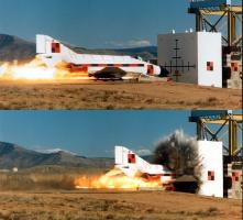 Rys.2 Uderzenie samolotu w ścianę (Sandia Laboratories w Albuquerque, Nowy Meksyk, USA, 1988 r.) (6)