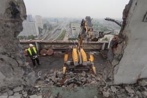 Robot pomaga w rozbiórce wieżowca obok katowickiego Spodka