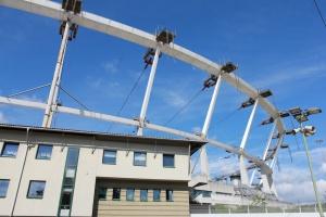 Podnoszenie konstrukcji dachu Stadionu Śląskiego