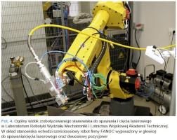 Fot. 4. Ogólny widok zrobotyzowanego stanowiska do spawania i cięcia laserowego w Laboratorium Robotyki Wydziału Mechatroniki i Lotnictwa Wojskowej Akademii Technicznej.W skład stanowiska wchodzi sześcioosiowy robot firmy FANUC wyposażony w głowicę do spawania/cięcia laserowego oraz dwuosiowy pozycjoner