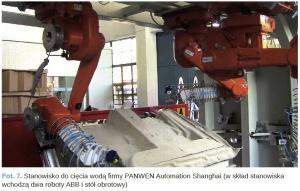 Fot. 7. Stanowisko do cięcia wodą firmy PANWEN Automation Shanghai (w skład stanowiska wchodzą dwa roboty ABB i stół obrotowy)