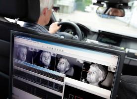 Poprzez monitorowanie linii wzroku kierowców za pomocą małych kamer we  wnętrzu pojazdu można rozpoznać, czy kierujący pojazdem patrzy na drogę,  czy też nie. fot. Bosch