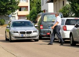 Nowy system pomaga kierowcy ominąć pieszych. fot. Bosch