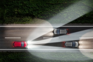 Adaptacyjne reflektory z matrycami diodowymi umożliwiają jazdę w trybie świateł drogowych, bo nie oślepiają innych uczestników ruchu drogowego. fot. Opel