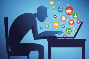 Raport: młodzież spędza w internecie średnio cztery godziny na dobę