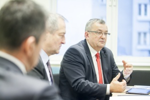 Krzysztof Niemiec, wiceprezes Track Tec i Andrzej Adamczyk minister infrastruktury i budownictwa.