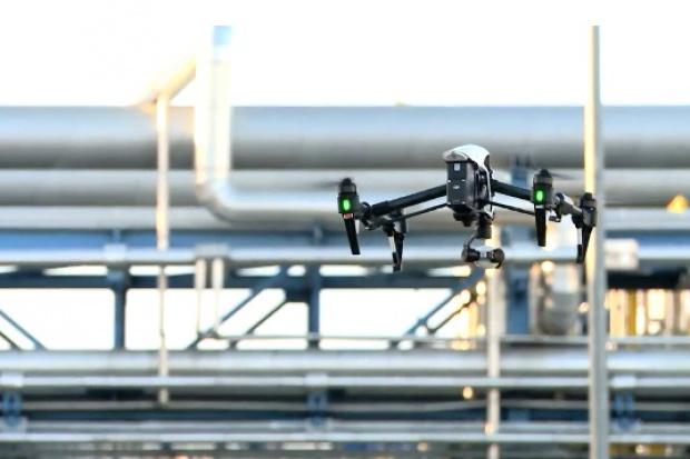 Drony dbają o stan techniczny pochodni w rafinerii Lotosu