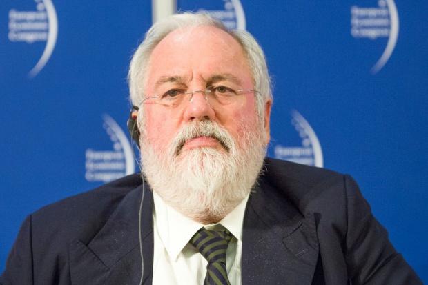 Komisarz UE ds. polityki klimatycznej: potrzeba biliona euro na energetykę
