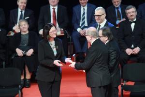 """Platynowy Laur """"Pro Publico Bono"""" otrzymała dr hab. Irena Lipowicz – Rzecznik Praw Obywatelskich  w latach 2010–2015"""