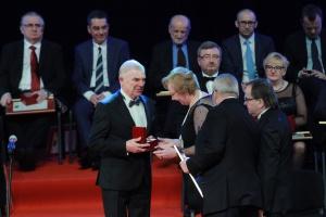 Prof. Józef Dubiński – naczelny dyrektor Głównego Instytutu Górnictwa w latach 2001–2015 z okazji 70. rocznicy powstania Instytutu otrzymał Kryształowy Laur Umiejętności i Kompetencji