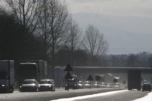 Zimowa aura wymusza zamknięcia dróg na Ukrainie
