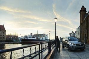 W polskiej wersji spotu pojawi się pani Eva Zdzisława Andersson, która wraz z Volvo XC60 występuje na tle panoramy Gdańska. fot. Volvo
