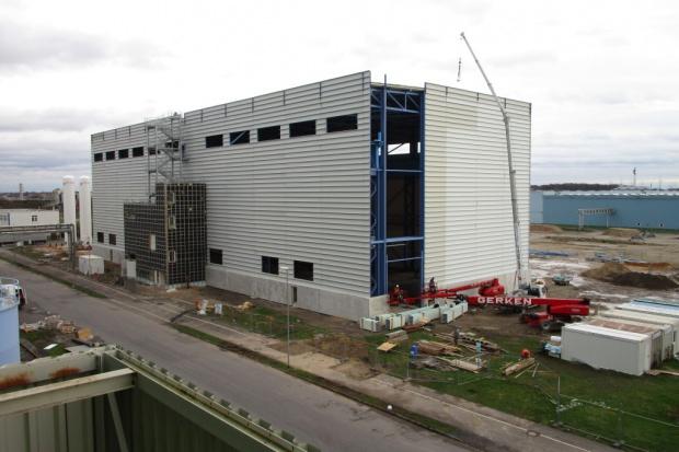 Wiecha na dachu nowego zakładu Outokumpu w Niemczech