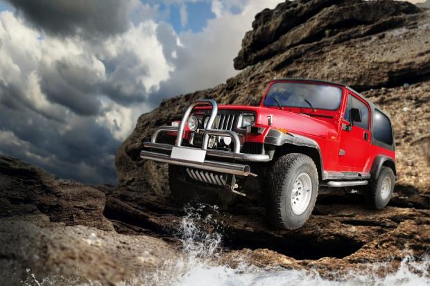 Jeep ciągnie Fiata