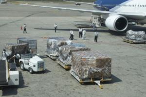 Słabe wypełnienie samolotów towarami, a jednak jest drożej