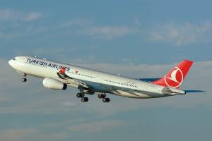 <b>Miejsca 11-15</b> Na 15 miejscu znajdują się już wspomniane <b>Turkish Airlines</b>. Przewoźnik właśnie odebrał 300 samolot.  14 pozycję pod względem liczebności floty zajmuje znany w naszym kraju tani przewoźnik <b>Ryanair</b>. Ciekawostką jest, że przewoźnik ten dysponuje 321 samolotami – 320 Boeingami 737-800, jednym 737-700. Do tego dochodzą trzy dyspozycyjne Learjety 45. Przed nim znajduje się największy przewoźnik z Ameryki Południowej – <b>LATAM</b>. Ten o swojsko brzmiącej nazwie przewoźnik powstał  przed pięcioma laty z połączenia chilijskich linii lotniczych LAN oraz brazylijskich TAM. Flota kontynentalnego potentata to 339 maszyn i dodatkowo 166 zamówionych.  20 samolotów więcej mają linie lotnicze <b>Air China</b>, ale nie są największym przewoźnikiem w Azji, a nawet w Chinach. Nie są nim również China Eastern Airlines, których flota liczy już 414 maszyn. Fot. Hansueli Krapf/wikimedia, licencja CC BY-SA 3.0