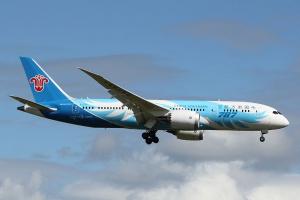 Miejsce 9 <b>China Southern Airlines</b>, to największym chiński a zarazem azjatycki przewoźnik. Jego flota liczy już 512 maszyn. Dominują wśród nich wąskokadłubowe Airbus serii 320 i Boeingi 737. Przewoźnika lata jednak także na maszynach szerokokadłubowych m.in.  Airbusach A380.  Na zdj. Boeing B787-800 podczas lądowania w Auckland. CSA – to pierwszy chiński przewoźnik kontynentalny oferujący loty non-stop z Chin do Nowej Zelandii. Fot. Noel Jones/wikimedia, licencja CC BY-SA 2.0