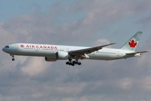 Miejsce 10 <b>Air Canada</b>. Rozmiar floty to pochodna wielkości kraju. W końcu większa jest tylko Rosja. Spółka matka liczy zaledwie 171 maszyn. Do tego jednak dochodzą samoloty spółek zależnych m.in. Air Canada Express,  Air Canada Rouge, Air Canada Jetz, czy Air Canada Cargo. Łącznie linie kontrolują i lata dla nich ponad 420 maszyn.   Na zdj. Boeing B777-300Er podczas lądowania we Frankfurcie Fot. Wo st 01 / Wikimedia Commons, licencja CC BY-SA 3.0