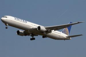 """Miejsce 3 Mająca siedzibę w Chicago linia lotnicza <b>United Airlines</b>, jest trzecim co do wielkości przewoźnikiem na świecie pod względem liczby samolotów i zarazem trzecim w USA. Wraz ze spółkami zależnymi przewoźnik dysponuje astronomiczną liczbą 1270 samolotów (sam United 716). Jednym ze źródeł wielkości firmy jest połączenie w 2010 roku z innym wielkim amerykańskim przewoźnikiem Continental Airlines. Wśród wielu typów użytkowanych maszyn jest także niezbyt popularna najdłuższa wersja modelu Boeinga B767 """"400"""". W dwuklasowej specyfikacji samolot może pomieścić aż 304 pasażerów. Fot. Konstantin von Wedelstaedt/wikimedia, licencja GFDL"""