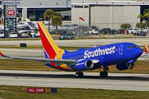 Miejsce 4 Zajmuje największy na  świecie przewoźnik nisko kosztowy, amerykański <b>Southwest Airlines</b>. Linia ma 708 maszyn, jednego modelu Boeinga B737 w czterech odmianach: 300, 500, 700, 800. Zamówionych jest już kolejne 322 maszyny. Na zdjęciu Boeing B737-790. Przewoźnik ma aż 475 maszyn tej odmiany. Fot. JTOcchialini/wikimedia, licencja CC BY-SA 2.0