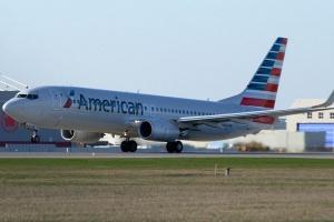 Miejsce pierwsze Zajmuje holding <b>American Airlines Group</b>. Posiada astronomiczną liczbę 1500 samolotów. Maszyny latają w dwóch głównych przewoźnikach Grupy:  American Airlines i US Airways. Jednak w skąłd Grupy wchodzi jeszcze kilku całkiem sporych przewoźników. Na przykład American Eagle  ma flotę składającą się z ponad 300 maszyn. Dziennie samoloty przewoźnika wykonują 6700 lotów. Jest to możliwe, bo znacząca część z nich odbywa się na krótkich trasach. Aby to było możliwe potrzebna jest bardzo liczna i zróżnicowana flota. Grupa jest właścicielem wielu stosunkowo niewielkich maszyn np. 36 miejscowych Saabów 340B/ Obecnie trwa proces ujednolicania parku maszyn ze względów kosztowych. Oznaczać to będzie zakup około pół tysiąca maszyn. Najnowsze malowanie American Airlines to charakterystyczny motyw amerykańskiej flagi na ogonie samolotu. Na zdjęciu Boeing B737-800W lądujący w porcie lotniczym Montreal-Pierre Elliott Trudeau (dwukrotny premier, ojciec obecnego szefa, kanadyjskiego rządu). Fot. Alexandre Gouger/wikimedia, licencja CC BY-SA 3.0