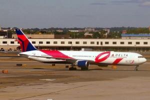Miejsce 2 Drugą co do wielkości flotą samolotów dysponuje amerykańska <b>Delta Air Lines</b>. Sam przewoźnik ma 722 maszyny, lecz wraz ze spółkami zależnymi 1280. Przewoźnik ma bardzo zróżnicowaną i niezbyt młodą flotę.  W najbliższych latach wiele samolotów zostanie złomowanych. Zastąpić mają je całkiem nowe maszyny zarówno od Boeinga jak i Airbusa. Delta należy do grona tylko dziewięciu linii lotniczych na świecie, które latają regularnie na wszystkie sześć kontynentów Delta od lat angażuje się w walkę z rakiem. Na zdjęciu okolicznościowe malowanie Boeinga B767-432ER Fot. Adam Moreira/wikimedia, licencja CC BY-SA 4.0