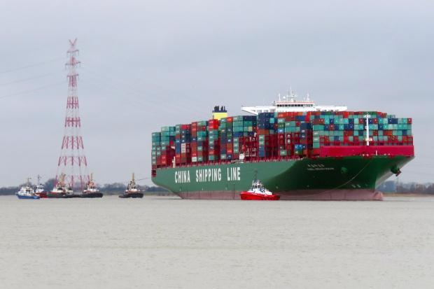 Wielki kontenerowiec nadal tkwi u wejścia do Hamburga