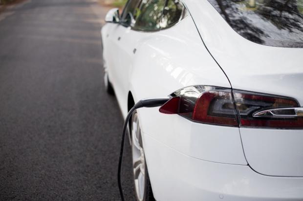 Tesla ubiegła Dysona ws. aut elektrycznych dzięki pracownikowi