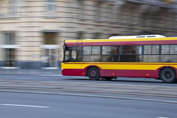 Zderzenie tramwaju z autobusem. Jedenaście osób w szpitalu