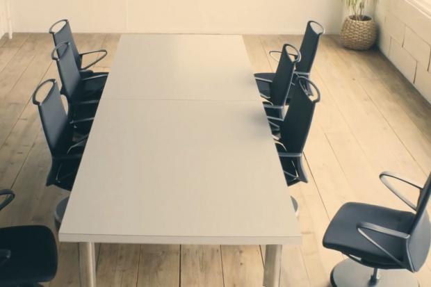 Fotel Nissana wraca na miejsce przy... stole