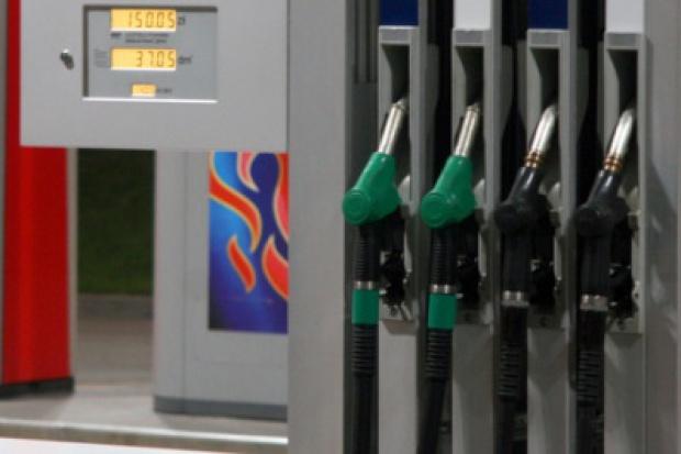 Na stacjach olej napędowy nieznacznie droższy