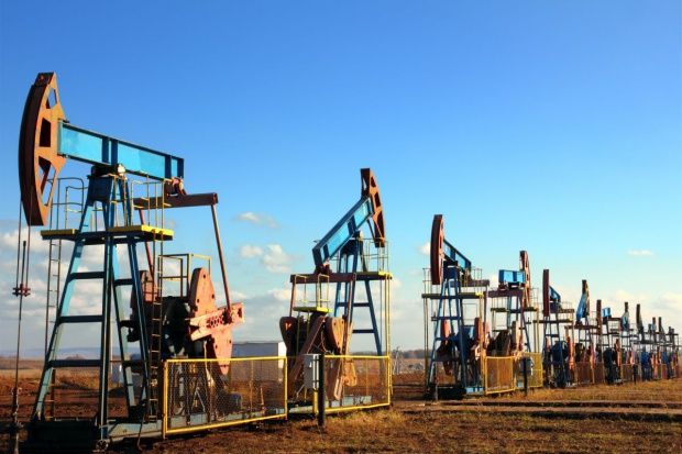 MAE tnie prognozę spadku wydobycia ropy spoza OPEC o 12 proc.