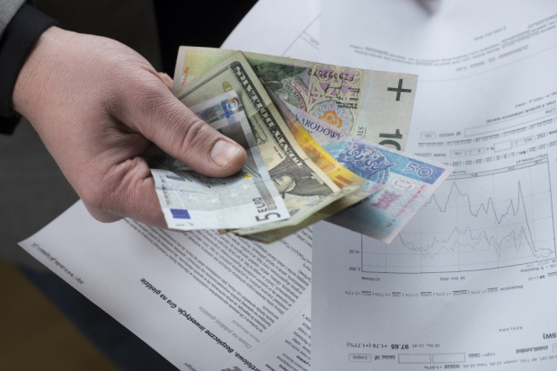 W wakacje euro po 4,50 zł. WIBOR 3M na najniższym poziomie. Dlaczego?