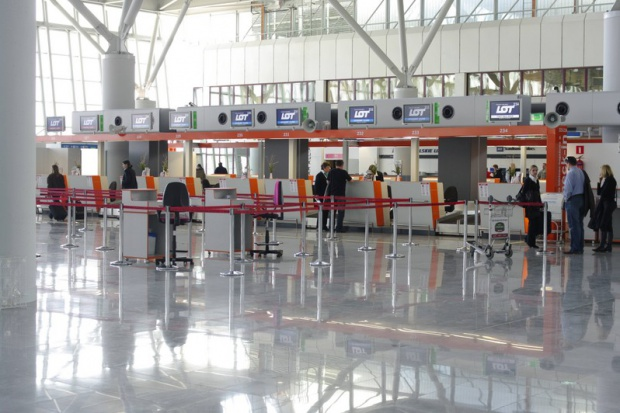 Dodatkowe patrole na lotniskach. Okęcie działa normalnie