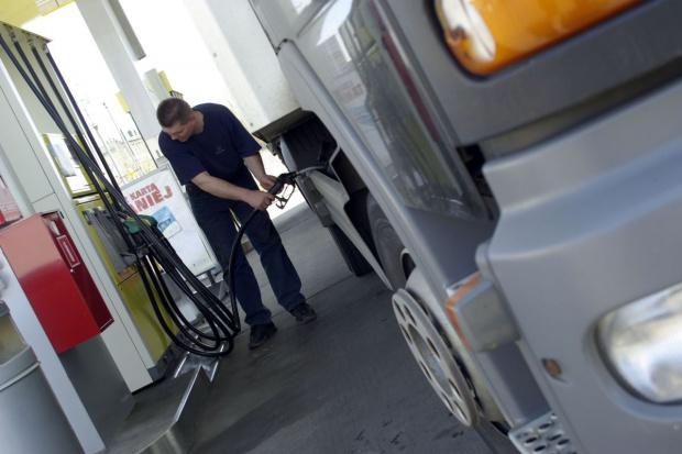 Paliwa transportowe nadal napędzają spadki cen energii