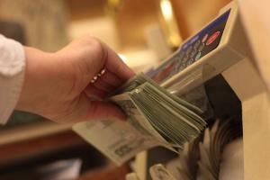 Banki zwiększają zyski kosztem klientów