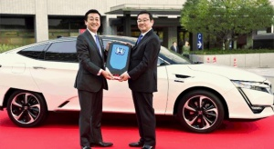 72720_Honda_delivers_first_Clarity_Fuel_Cell_to_Japanese_Ministry_of_Economy-2.jpg