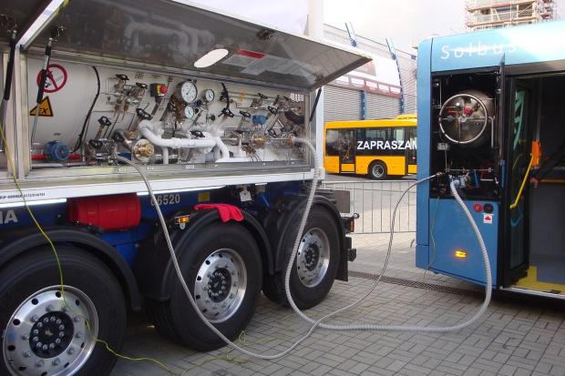Rząd chce wesprzeć alternatywne paliwa m.in. LNG w transporcie