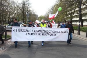 Ta ustawa powinna się nazywać o zabiciu elektrowni wiatrowych w Polsce, o likwidacji tysięcy polskich małych i średnich firm, o bankructwie wielu gmin, o zakazie budownictwa mieszkaniowego na terenie wielu gmin w Polsce – przekonywali uczestnicy demonstracji.