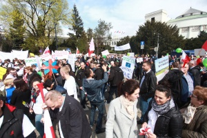 Około 2 tys. osób demonstrowało w czwartek Warszawie przeciw tzw. ustawie antywiatrakowej autorstwa PiS.