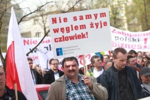 """Na tablicach i transparentach widniały m.in. hasła """"Ustawa bez konsultacji –państwo bez demokracji"""", """" Nie samym węglem człowiek żyje""""."""